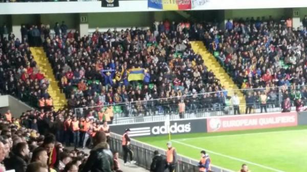 Флаг Украины на трибунах матча в Молдове
