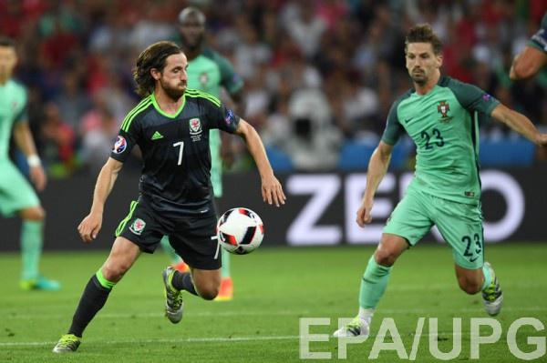 Джо Аллен (слева) в матче с Португалией