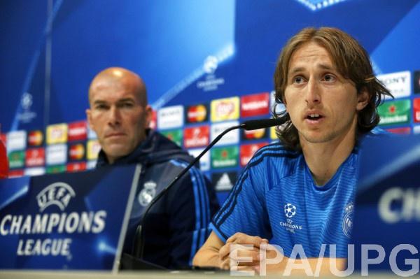 Полузащитник Реала Лука Модрич (справа)