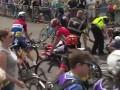 Велосипедистка врезалась в зрителей, празднуя победу