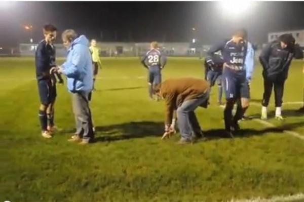 Футболисты команды Лоррен Арлон ищут зубы своего вратаря