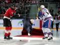 Эффектное падение Моуринью во время вбрасывания шайбы на матче КХЛ