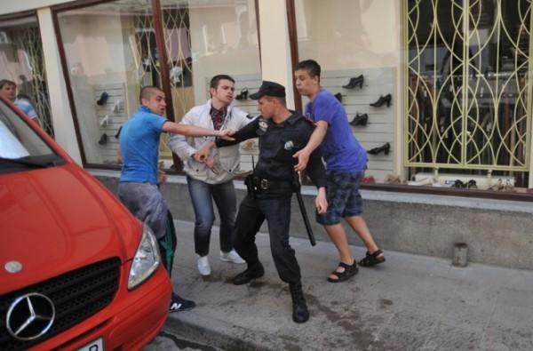 Президент Карпат (в белой куртке) напал на правоохранителя