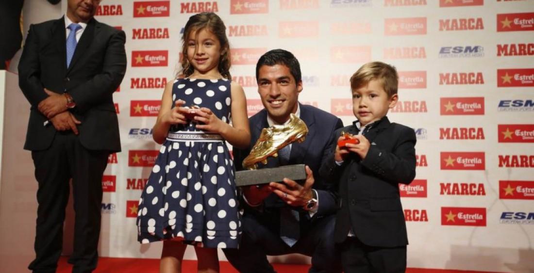 Луис Суарес со своими детьми после вручения награды