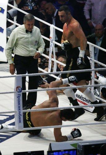 Виталий Кличко отправляет Чарра в нокдаун