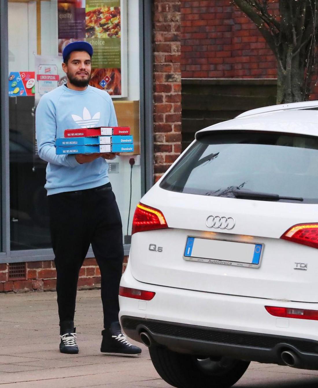 Серхио Ромеру купил несколько пицц