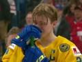 Шведский хоккеист выбросил серебряную медаль на трибуны