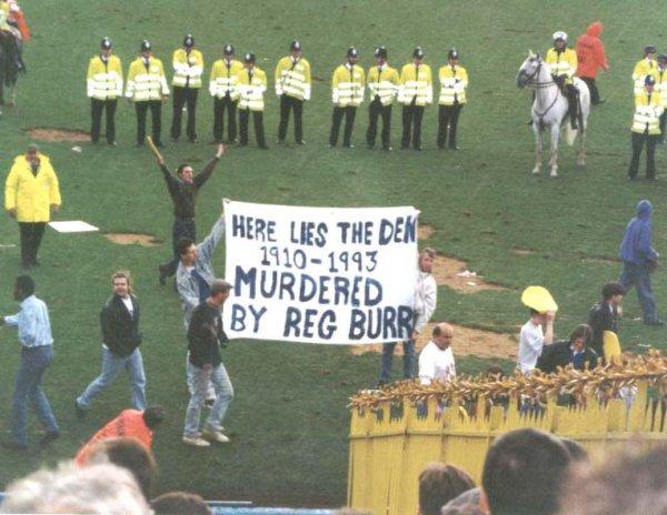 Фанаты Миллуола протестуют против переезда на новый стадион (Рег Барр - президент клуба)