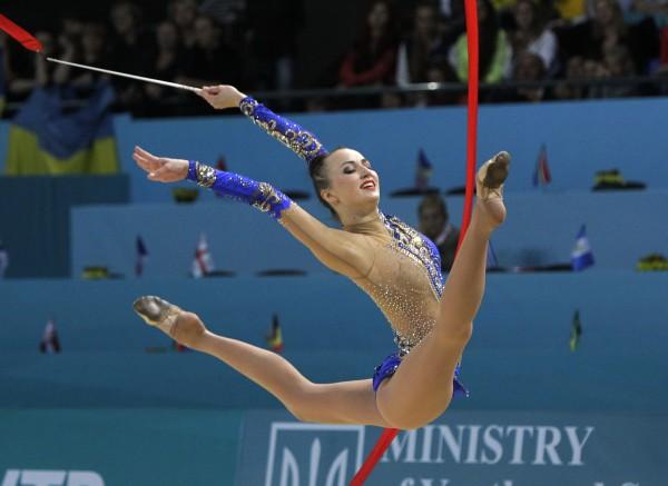 Анна Ризатдинова выполняет упражнение с лентой