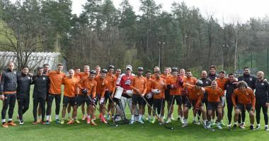 Футболисты Шахтера с клюшками в руках поздравили ХК Донбасс с чемпионством