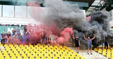 Фанаты Карпат устроили пиротехническое шоу на открытой тренировке команды