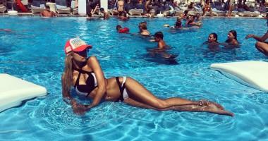 Горячая девушка футболиста Шахтера похвасталась своими откровенными купальниками