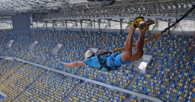 Экстремалы выполнили прыжок с крыши Арены Львов