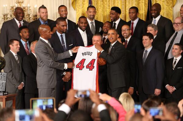 Чемпионы NBA подарили Обаме майку с надписью POTUS