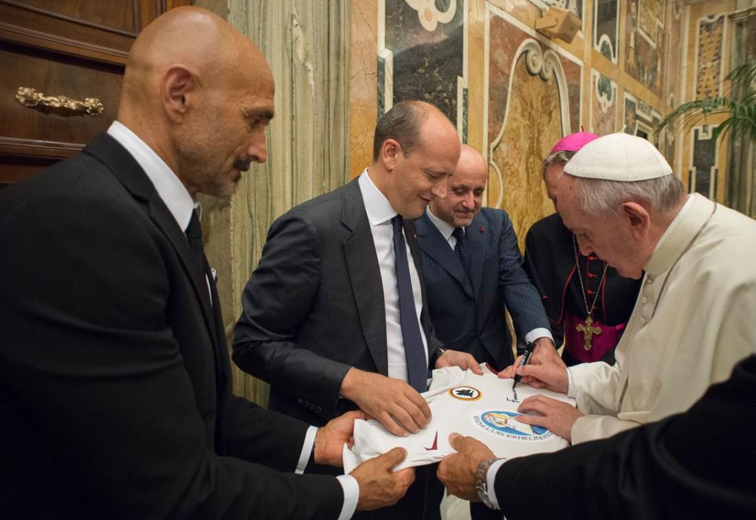 Футболисты подарили Папе футболку