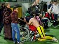 Игрок российского клуба стал на колени перед детьми в инвалидных колясках