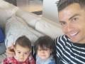 Роналду показал, как качает пресс вместе с детьми