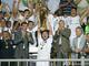 Новый капитан Динамо держит Суперкубок - самый тяжелый кубок в Европе