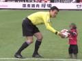 Обезьяна помогла арбитру начать матч между японскими командами