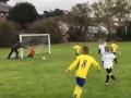 Отец года: Мужчина толкнул сына-вратаря, чтобы спасти команду от гола