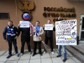 Фанаты забросали презервативами здание Футбольного союза России (видео)