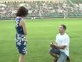 Романтик. Парень делает предложение девушке прямо на футбольном поле