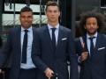 Роналду первым из игроков Реала вышел из автобуса в гостиницу