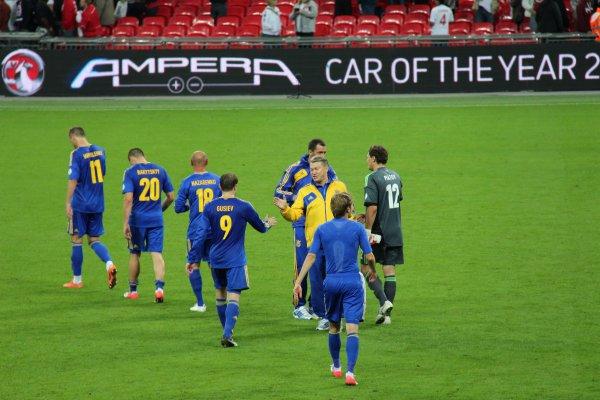 Олег Блохин благодарит ребят за игру