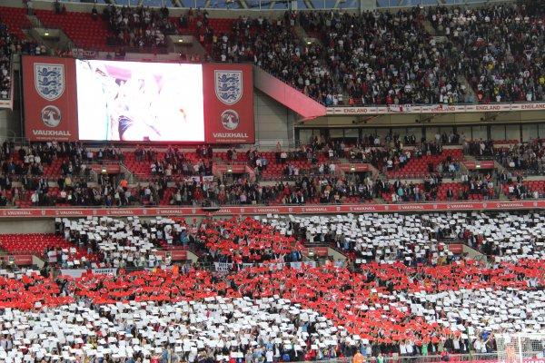 Англичане выложили флаг на трибунах