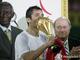 Ахмед Хасан Камел только что получил Кубок Африканских Наций из рук Зеппа Блаттера