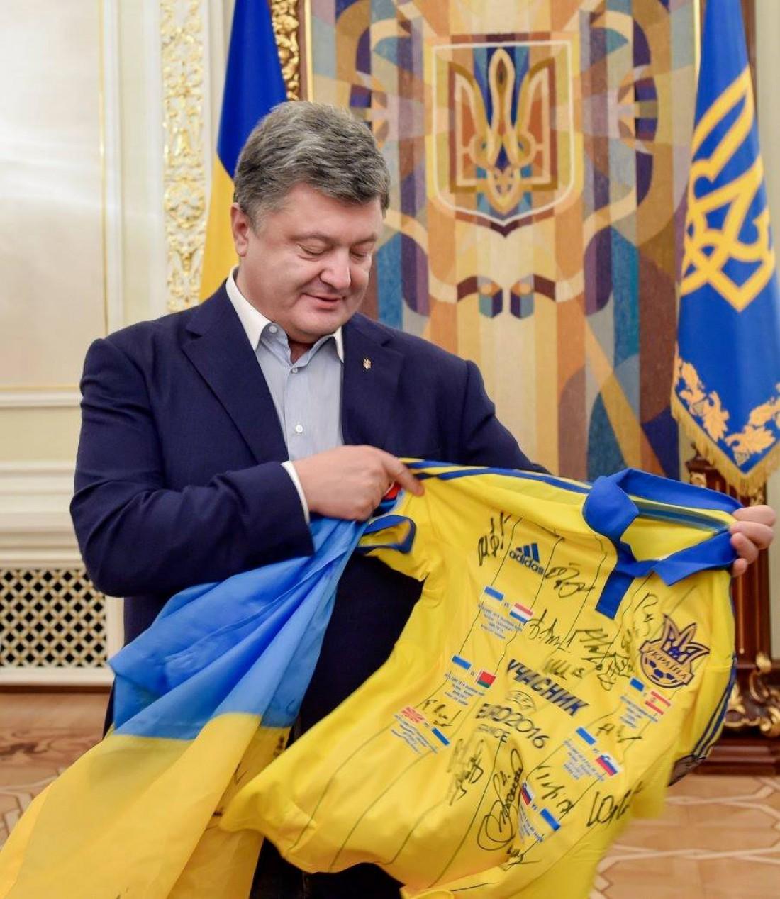 Петр Порошенко с футболкой сборной Украины