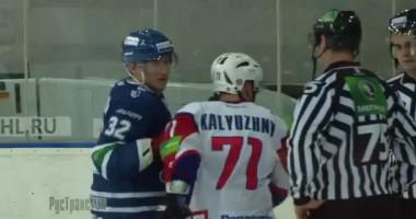 Хоккеист бьет судью клюшкой после игры