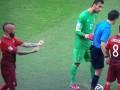 Полузащитник сборной Португалии показал неприличный жест арбитру (фото)
