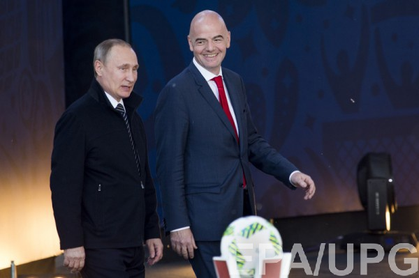 Президент ФИФА Джанни Инфантино (справа)