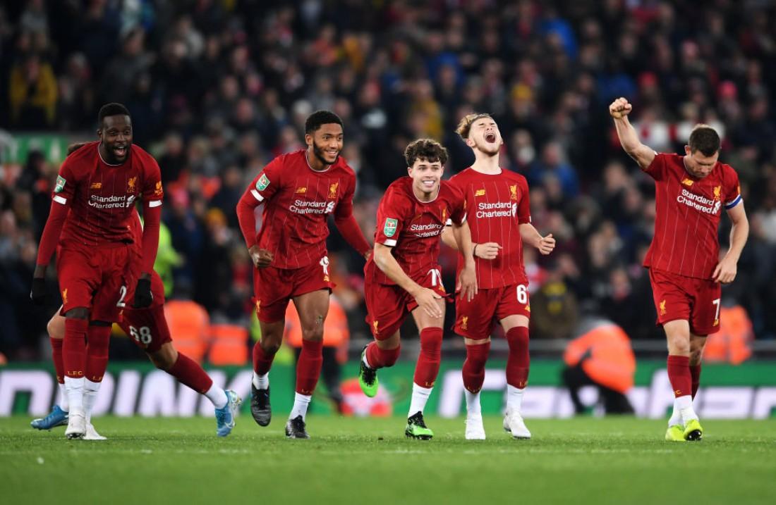 Игроки Ливерпуля празднуют победу после серии пенальти