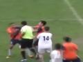 Футболист набросился на арбитра с кулаками, получив желтую карточку