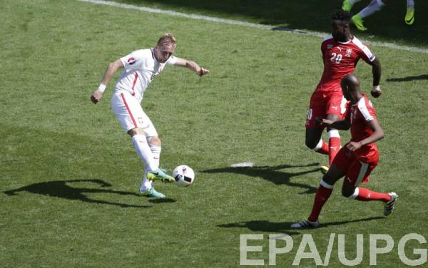 Защитник Польши Камил Глик в игре против швейцарцев