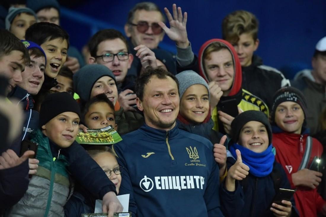 Андрей Пятов фотографируется с юными фанатами