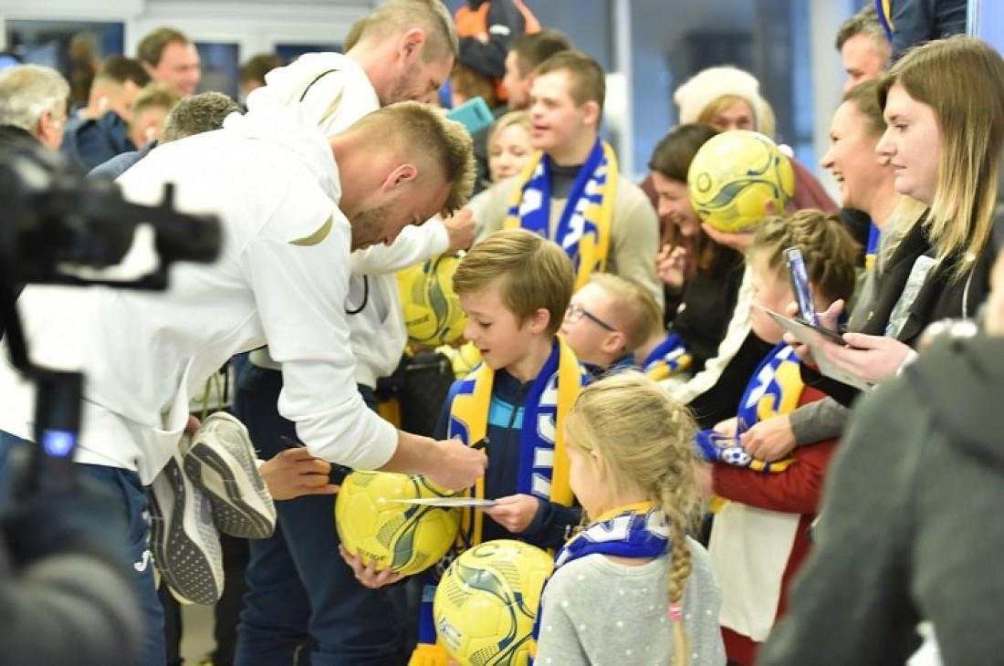 Игроки сборной Украины раздают автографы