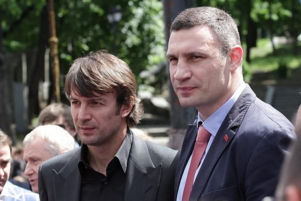 Звезды спорта возложили цветы к памятнику Лобановского