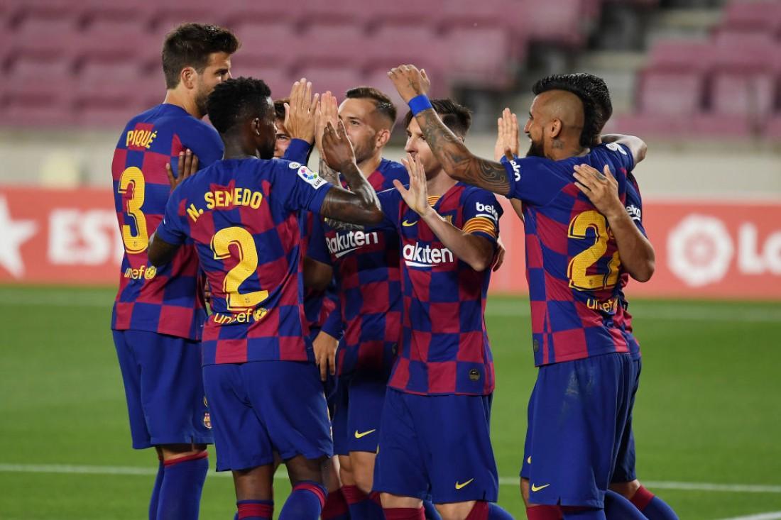 Игроки Барселоны радуются голу