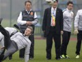 Неожиданно! Бекхэм упал во время визита в Китай (ФОТО)
