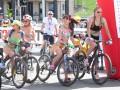Девушки в купальниках на велосипедах прокатились по центру Киева