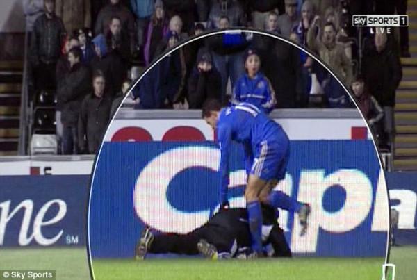Инцидент между футболистом и мальчиком, который подает мячи