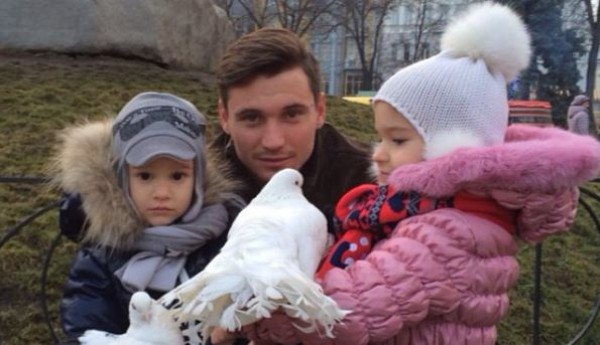 Денис Олейник со своими детьми