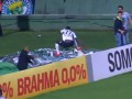 Провальное счастье: Футболист, бежавший к фанатам, упал в яму