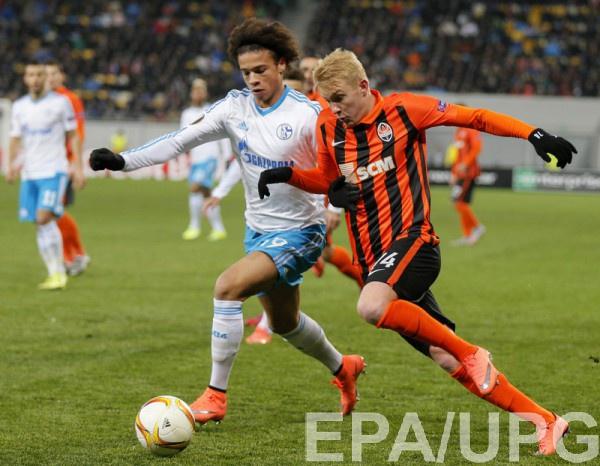 Виктор Коваленко борется с Сане за мяч
