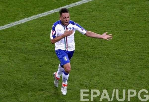 Эмануэле Джаккерини празднует забитый гол в ворота Бельгии