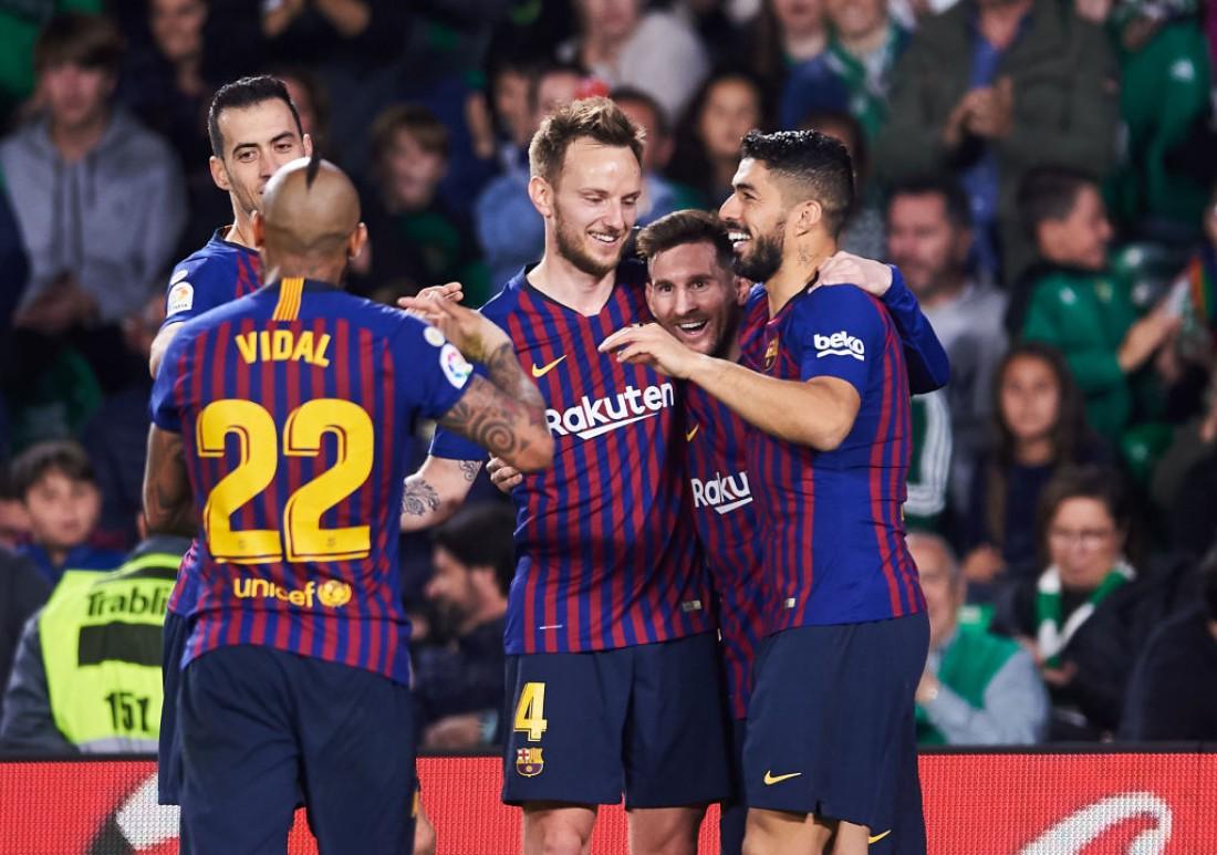 Игроки Барселоны поздравляют Лионеля Месси с голом