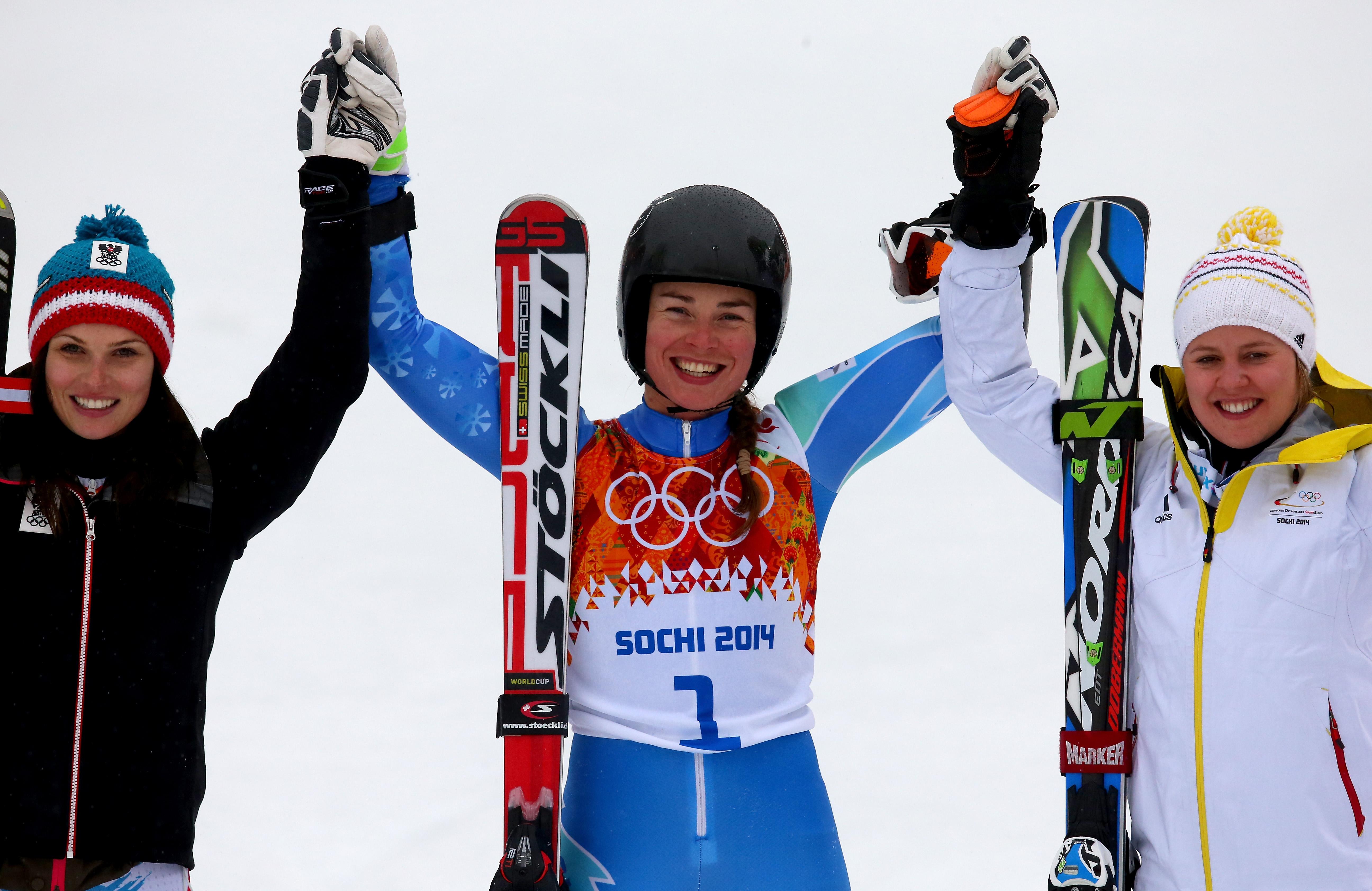 Тина Мазе (в центре) стала двукратной олимпийской чемпионкой в Сочи